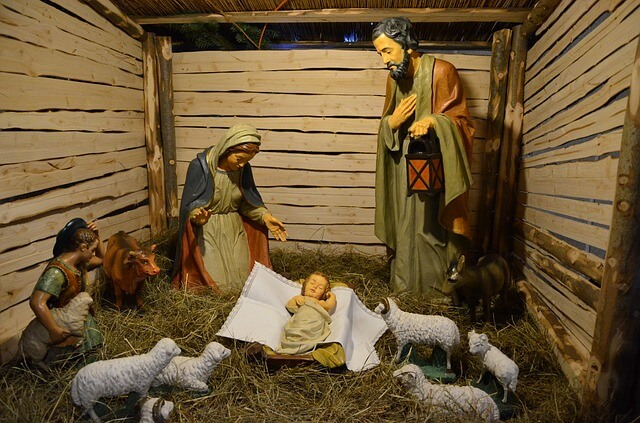 Figures representing the birth of Jesus.